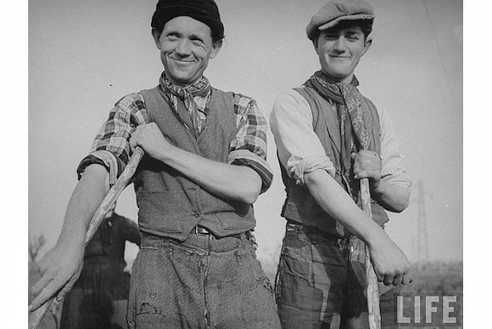 Полевые работники носят бананы. Фото с журнала Life.