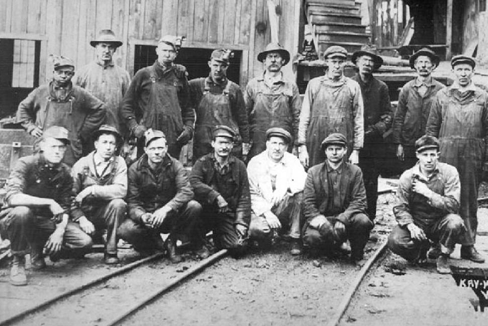 Шахтеры с западной Виргинии с красными банданами (доверься нам) в знак солидарности. Изображение Blair.